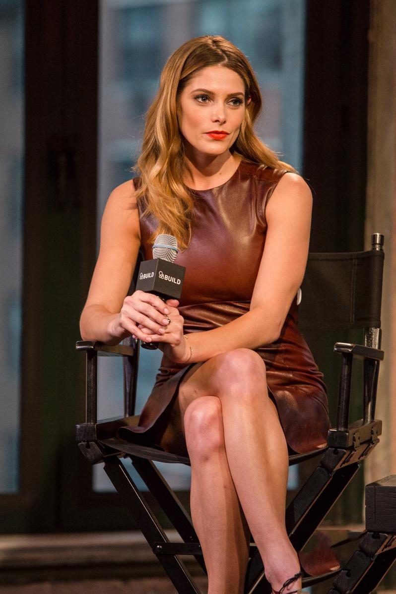 Ashley Greene wears a brown leather dress - Photo Ashley Greene 2016