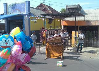 Hiburan Kolintang di Pasar Minggu Singosari, Malang