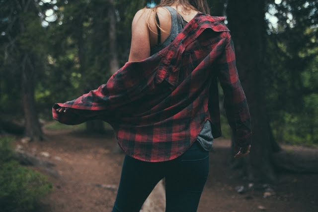 Garota na floresta usando flanela