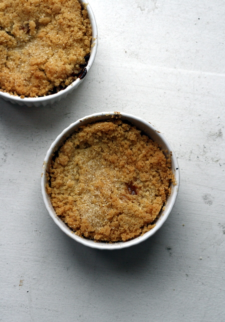 rhubarb and white chocolate crumble