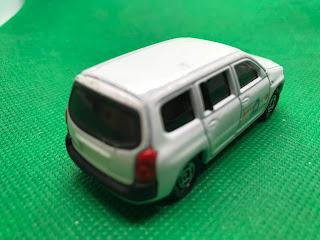 トヨタ プロボックス のおんぼろミニカーを斜め後ろから撮影