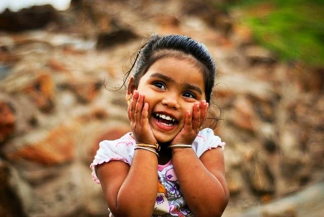 Foto anak perempuan cantik tersenyum wallpaper