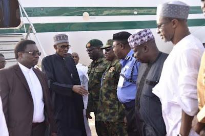 President buhari handshaking a Nigerian soldier