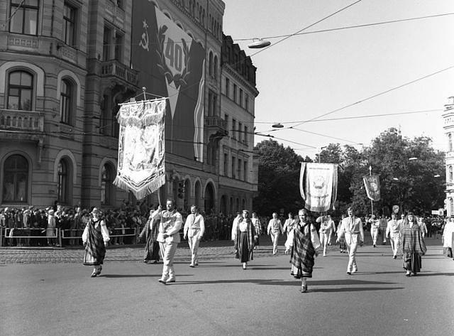 Июль 1980 года. Рига. Праздник песни. Шествие участников по улице Горького.
