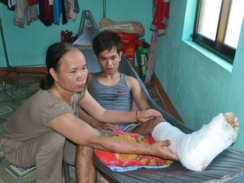 Ngư dân Bùi Tấn Đoàn bị gãy chân do va chạm với tàu Trung Quốc