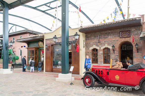 tersane binasındaki nostaljik dükkanlar ve arabalar, Rahmi M. Koç Müzesi İstanbul