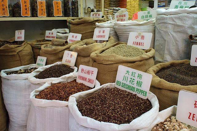 Sacs d'épices dans une échoppe de Hong Kong
