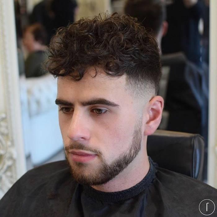 Cortes de cabelo masculino 2018: raspado do lado e cacheado em cima com franja