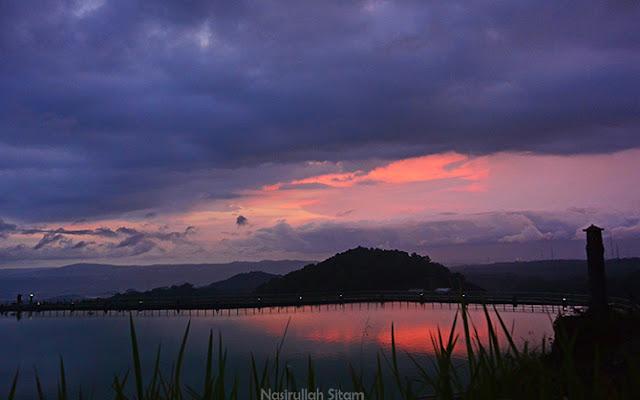 Semburat cahaya senja semakin mempesona menjelang petang