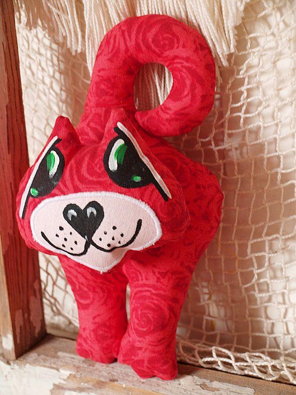 czerwony kot na klamkę