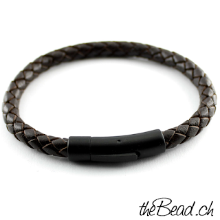 dunkelbraunes und schwarzes Armband mit Gravur