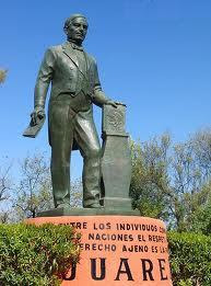 Foto a la estatua de Benito Juárez en parque
