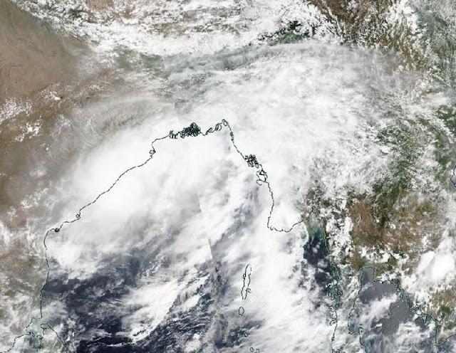 500,000 evacuated as Cyclone Roanu smashes into Bangladesh Roanu-npp-52016