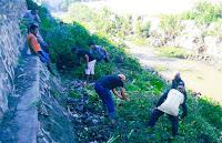 Caleg PBB Dapil Asakota Terlibat Kegiatan Pembersihan Semak di Bantaran Sungai Jatiwangi