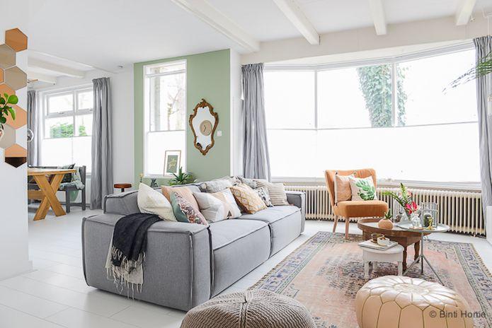 salón en tonos ocres, blancos y verdes