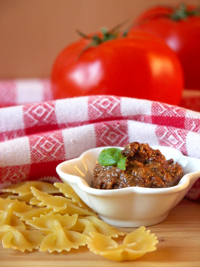 makaron kokardki z czerwonym pesto z suszonych pomidorów