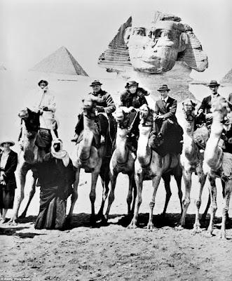 Gertrude Bell, entre Lawrence de Arabia y Winston Churchill, frente a las pirámides de Gizeh
