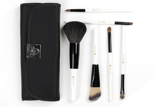 This set comes with 6 brushes: powder brush, foundation brush, eyeshadow brush, mid eyeshadow brush, small eyeshadow brush, and a lip brush.