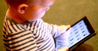 Η εξάρτηση από τις οθόνες μπορεί να καταστρέψει τον εγκέφαλο των παιδιών