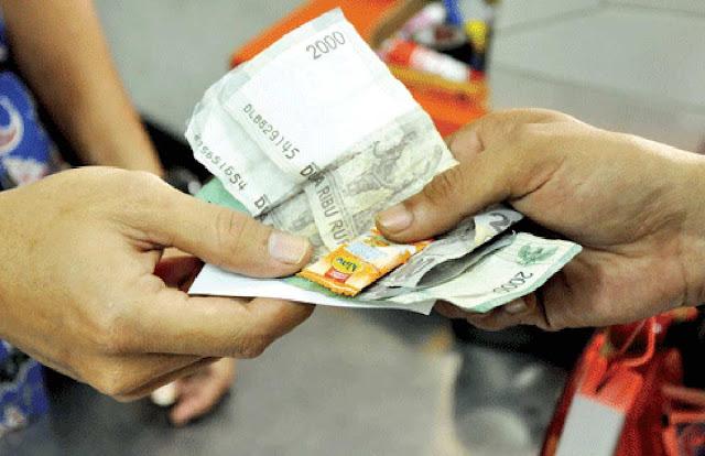 BANJARBARUKLIK.COM - Pemilik toko atau penjual yang biasa mengganti uang kembalian belanja dengan permen harus waspada. Mulai sekarang mereka tak bisa berbuat seenaknya mengganti uang kembalian dengan permen. Sebab, sanksi tegas berupa ancaman penjara 1 tahun dan denda Rp200 juta menanti mereka jika tetap menggunakan permen sebagai pengganti kembalian.