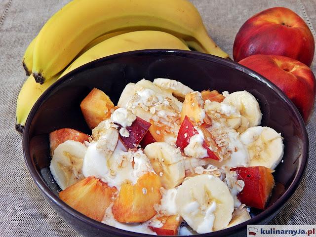 Owoce z jogurtem greckim i miodem