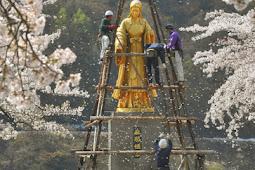 桜舞い散る麻那姫像