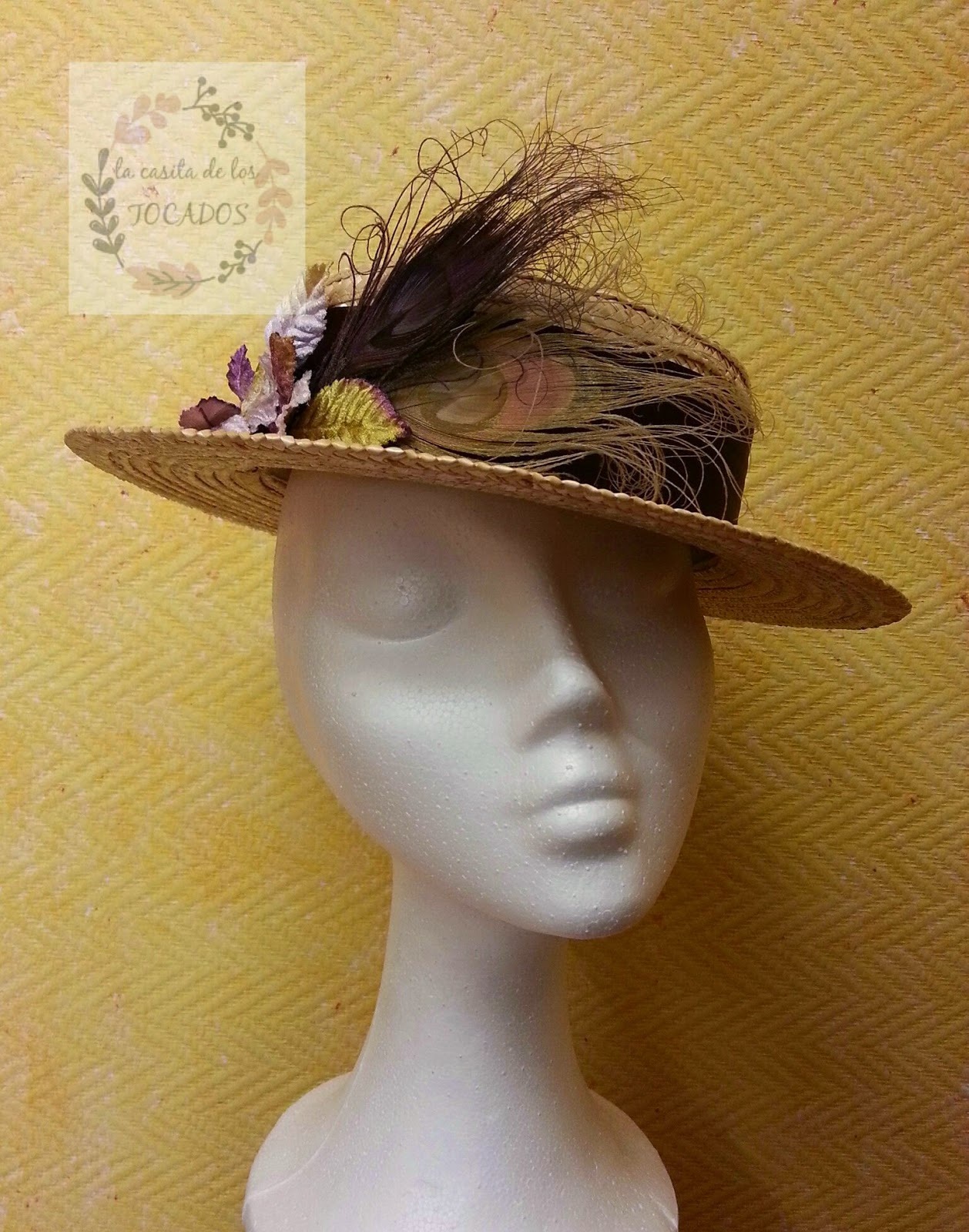 canotier para boda con adorno de hojas y plumas de pavo real en color dorado y vino