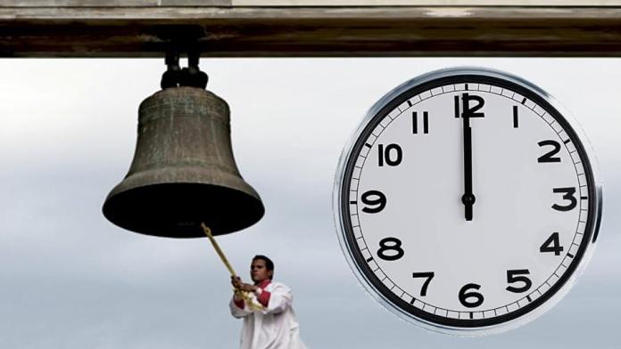 Il sagrestano, l'orologio e le campane a mezzogiorno