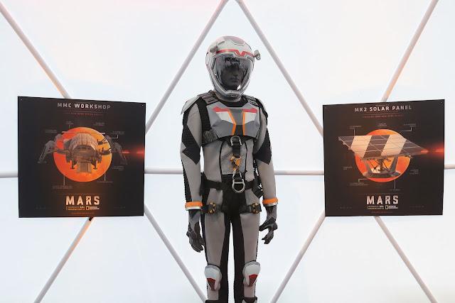 Bộ đồ không gian cho những phi hành gia trên Sao Hỏa trong series phim được thiết kế bởi Daniela Ciancio dựa trên những dữ liệu khoa học thực tế.