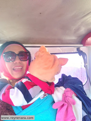 naik jeep di bromo bersama bayi