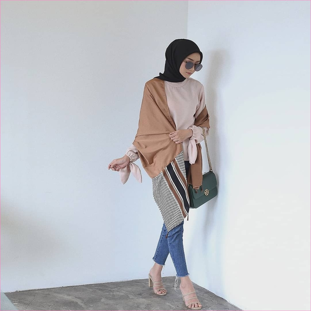 Outfit Celana Jeans Untuk Hijabers Ala Selebgram 2018 blouse krem muda outer coklat muda slingbags hitam kacamata bulat kerudung segiempat hijab square hitam pants jeans denim wedges high heels krem ootd trendy