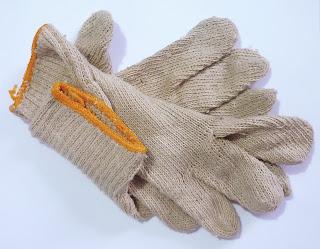Algunos utilizan guantes por el peso de los contenedores de café, con los que deben caminar grandes distancias para no ser castigados por la autoridad