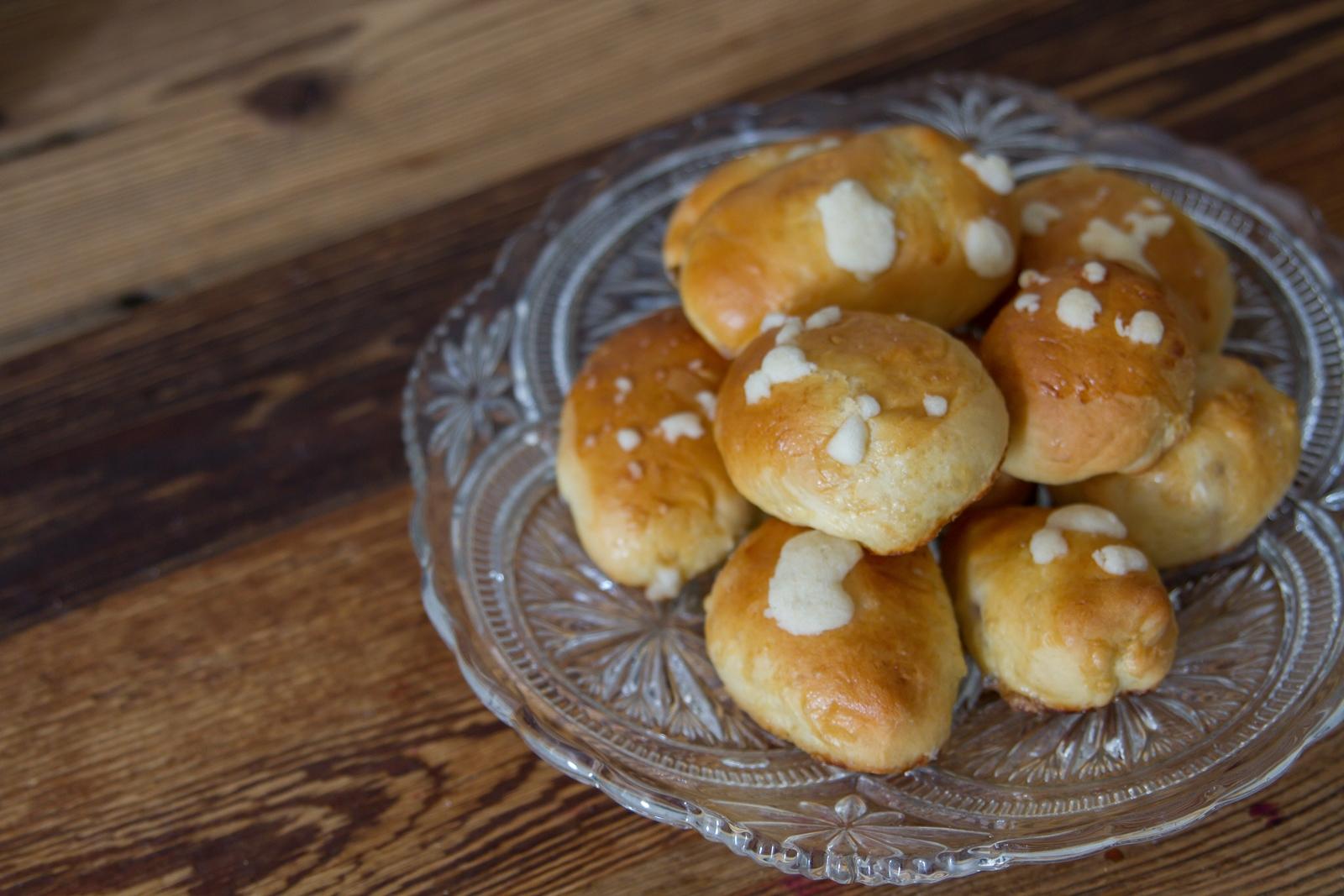 szybkie, proste, smaczne drożdżowe bułeczki z przepisami, przepis na bułeczki - owocowe z owocami, ze śliwką, idealne, proste szybkie ciasto drożdżowe, jak zrobić kruszonkę, porady, blog kulinarny