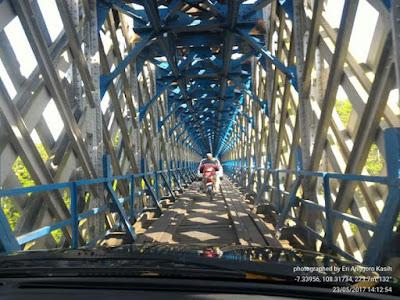 Jembatan Cirahong adalah double decker, bagian bawah digunakan untuk jembatan mobil.