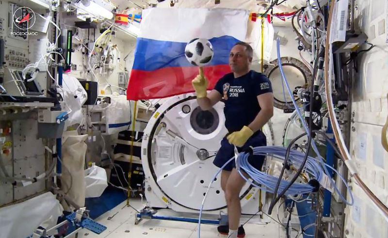 Shkaplerov dengan bola piala dunia di ISS
