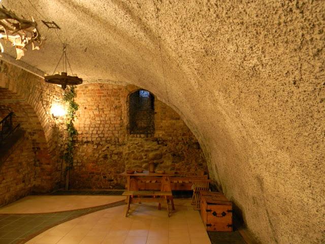 Piwnice zamku w Kożuchowie są przystosowane do przyjmowania gości i pełnią różne funkcje.