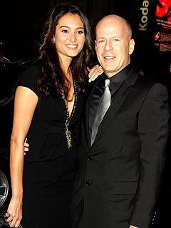 Foto de Bruce Willis vestido de negro con Emma Heming
