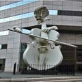 patung pemain biola