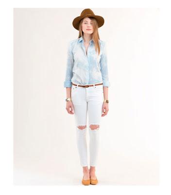 Пастельная голубая рубашка с белыми джинсами