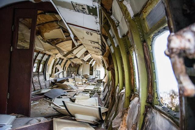 Pasca jatuh, sebagian badan pesawat masih utuh