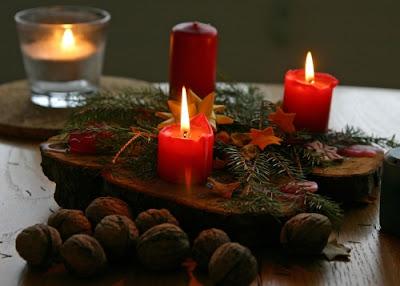 centrotavola di natale con candele rosse