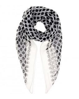 Шарф для базового гардероба женщины