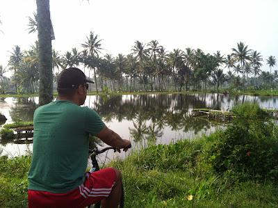 naik sepeda keliling pedesaan di garut