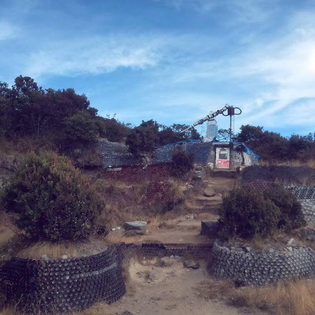 foto pemandangan rumah botol puncak lawu