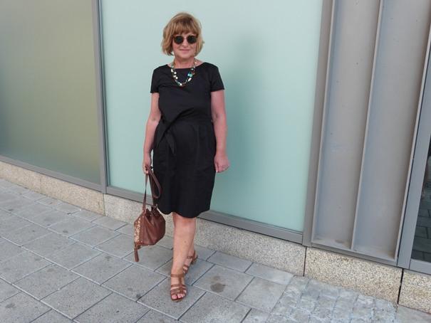 feminin im schwarzen Kleid