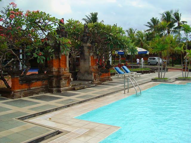 Изображение бассейна в одном из отелей на острове Бали