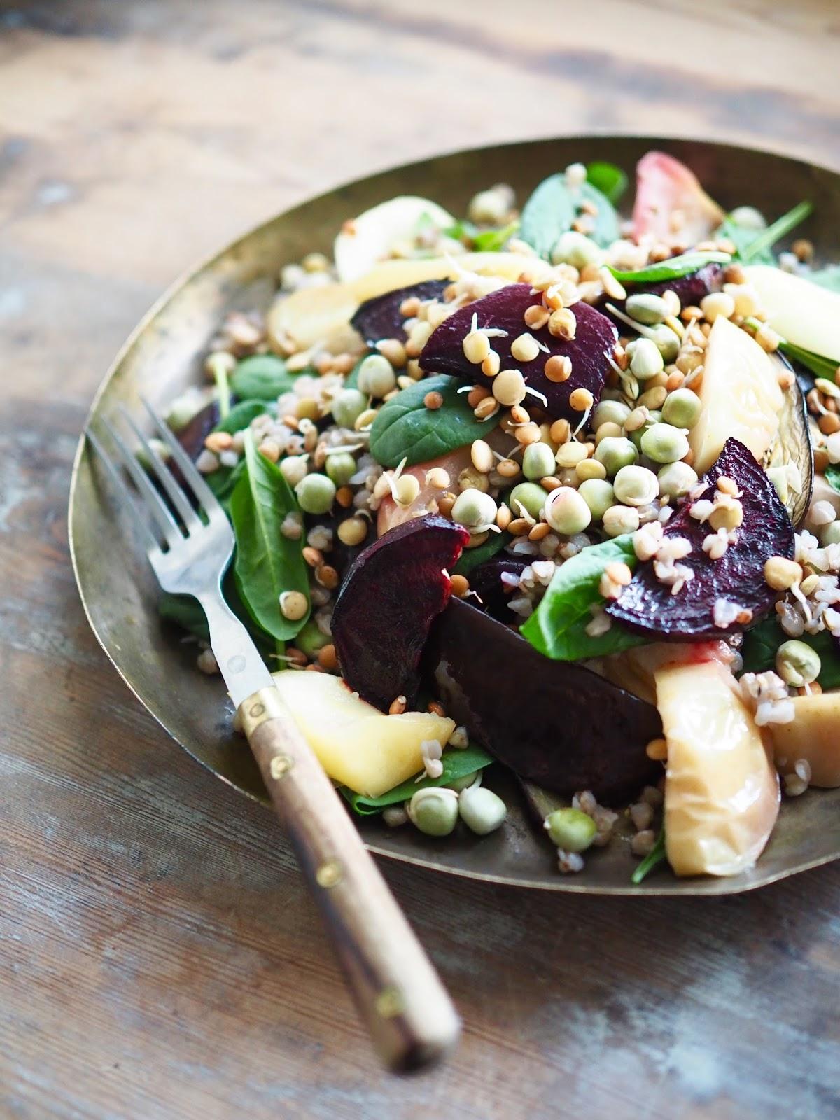 Pinaatti-omenasalaatti, salaatti paahdetusta punajuuresta, punajuurisalaatti, idut salaatissa