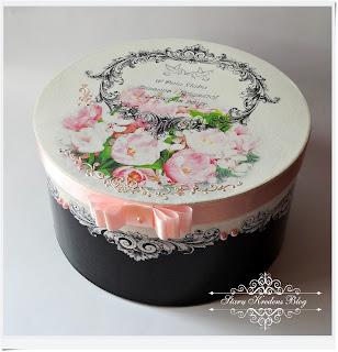 Okrągłe pudełko – biel , czerń i różowe wiosenne tulipany.Decoupage.