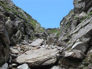 Die steile Schlucht, die zur Bochetta di Larecc führt