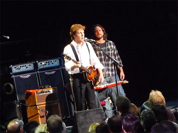 Le poing dans la figure de Paul McCartney à Eddie Vedder